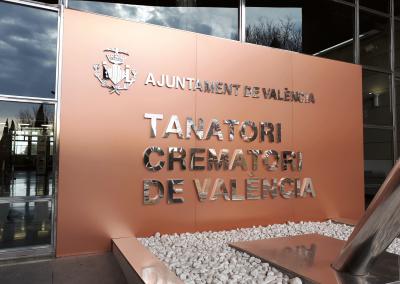 Forro de fachada, con rótulo corpóreo armado en acero inoxidable pulido: Tanatorio Municipal de Valencia