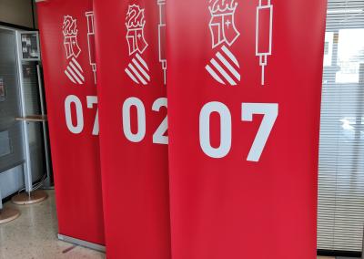 Rótulos Cebra fabrica y suministra en tiempo récord 150 expositores Roll Up para los centros de vacunación masiva.